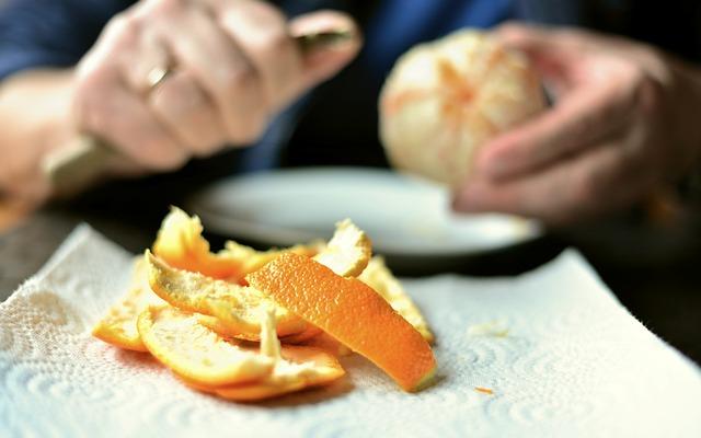 Découpe des écorces d'orange